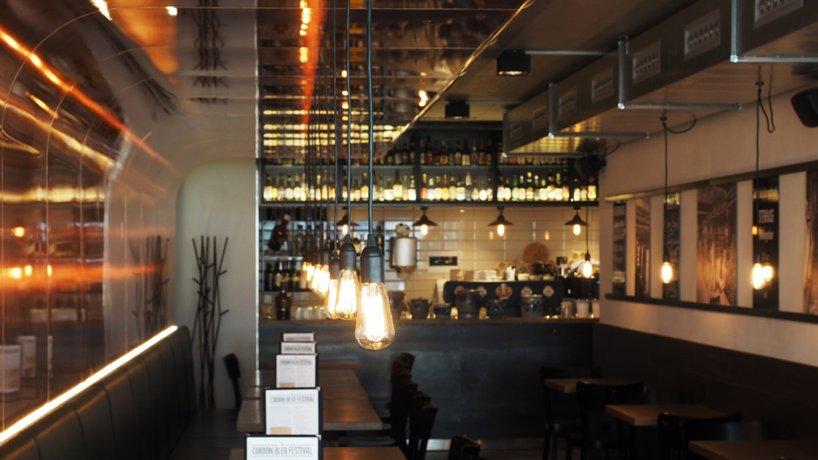 Restaurantteil links mit Blick ans Buffet