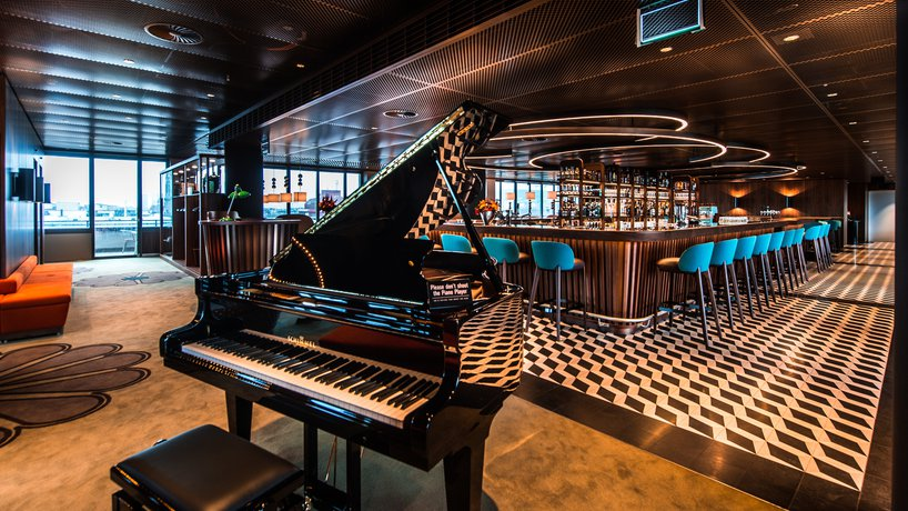 Frontansicht George Bar & Grill mit Piano