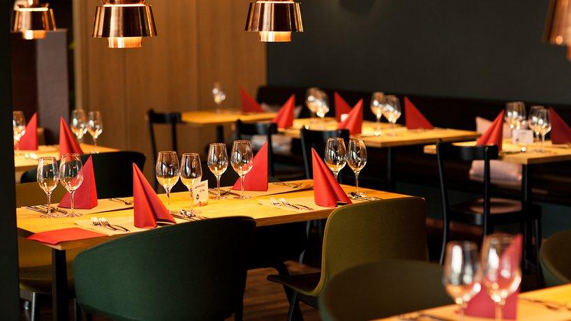 Restaurant mit roten Servietten