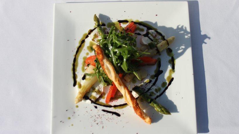 Saisonaler Spargelsalat mit Buffalo Morzzarella, Tomaten und Rucola