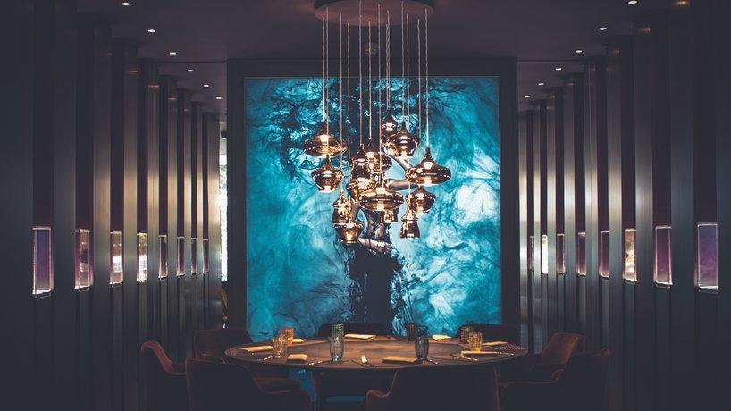 """Anche nella zona chiamata """"Art Gallery"""", nelle bacheche che circondano i tavoli si ritrovano vini d'annata, risalenti al primo e al secondo dopoguerra."""