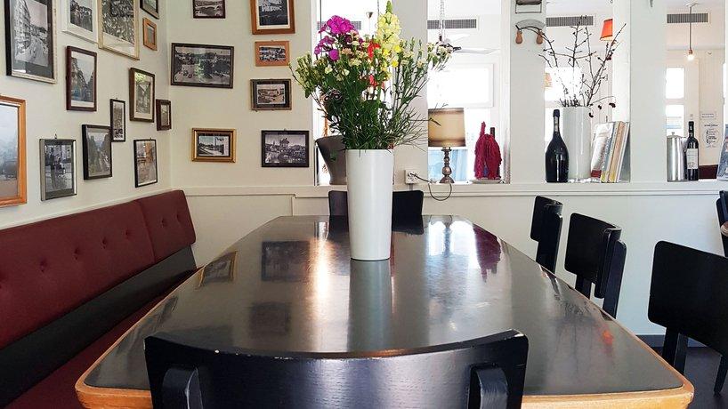 Tisch unter Fotoecke