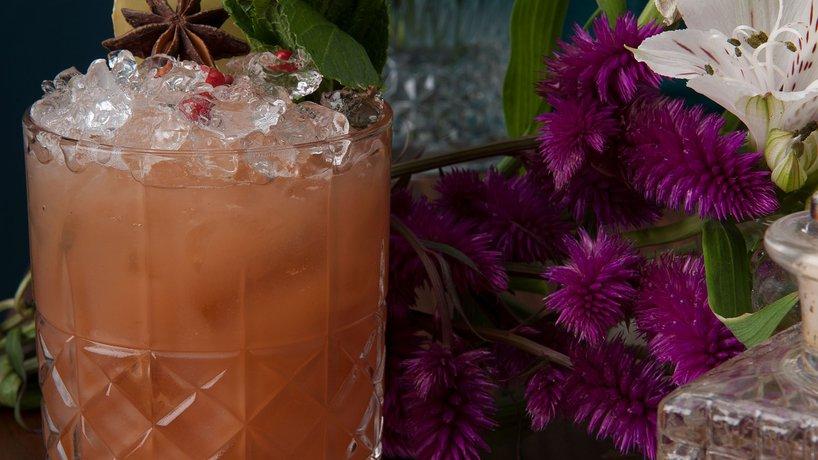 "LONG WAY HOME Appleton Estate Rum ""infused"" mit Chai Tee, Campari, Limettensaft, Pink Grapefruitsaft, Ingwer Sirup."