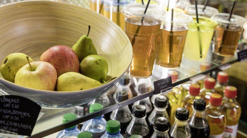 Vitrine mit frischen Früchten, hausgemachtem Ice Tea , Lemonade und Getränken