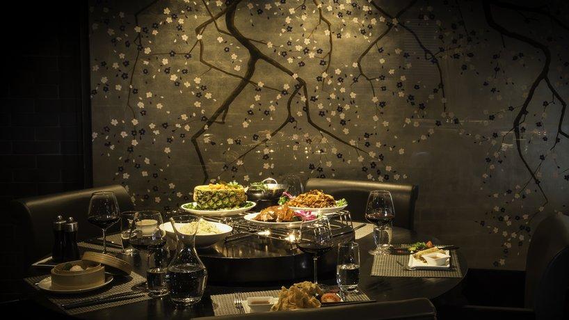 Ein gedeckter Tisch im Golden Dragon China Restaurant.