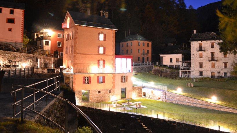 Unique Hotel Fusio bei Nacht