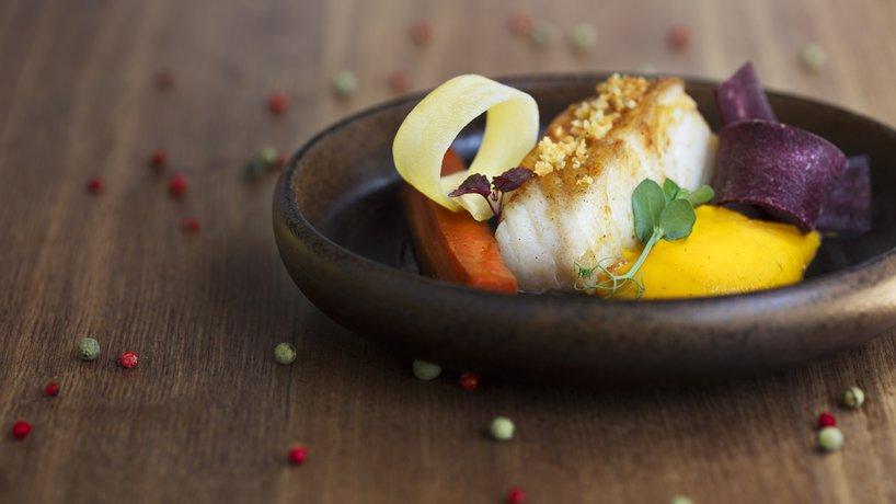 In Living Color - Beau pavé de cabillaud poché au lait d'amande, carottes en déclinaison : la purée à la vanille, le cœur aux épices, simplement en copeaux et crumble aux deux citr