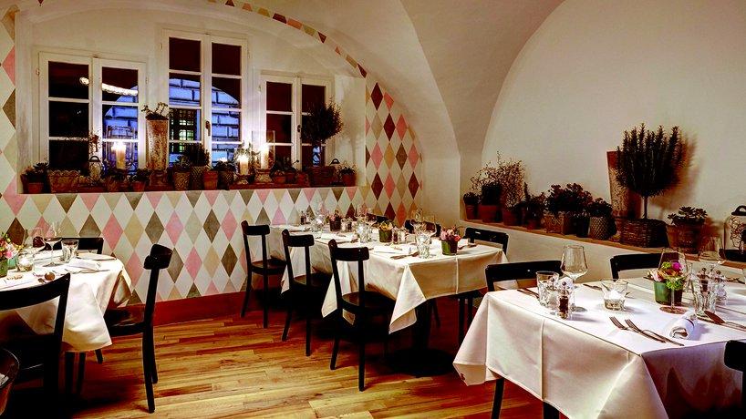 Opus Restaurant weiss gedeckter Bereich