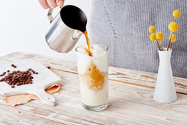 Espresso wird in Latte Macchiato Glas gefüllt