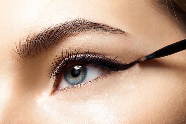 Auge wird mit Eyeliner geschminkt