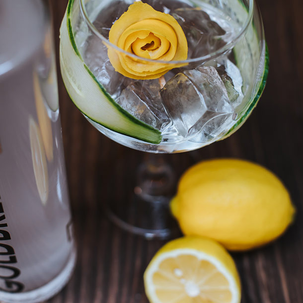 Gin Drink mit Gurke und Zitrone