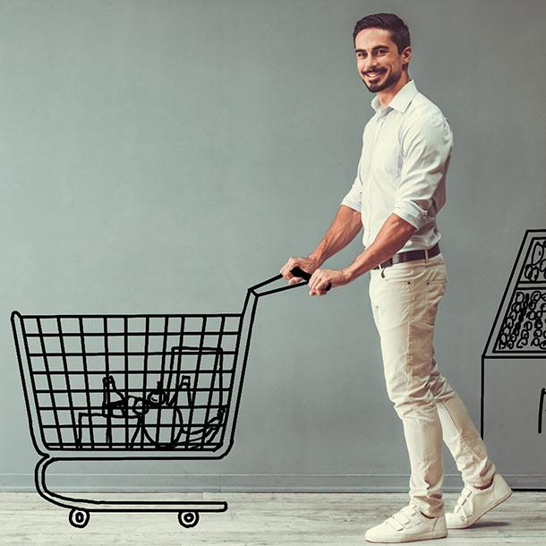 Junger Mann beim Einkaufen im Supermarkt