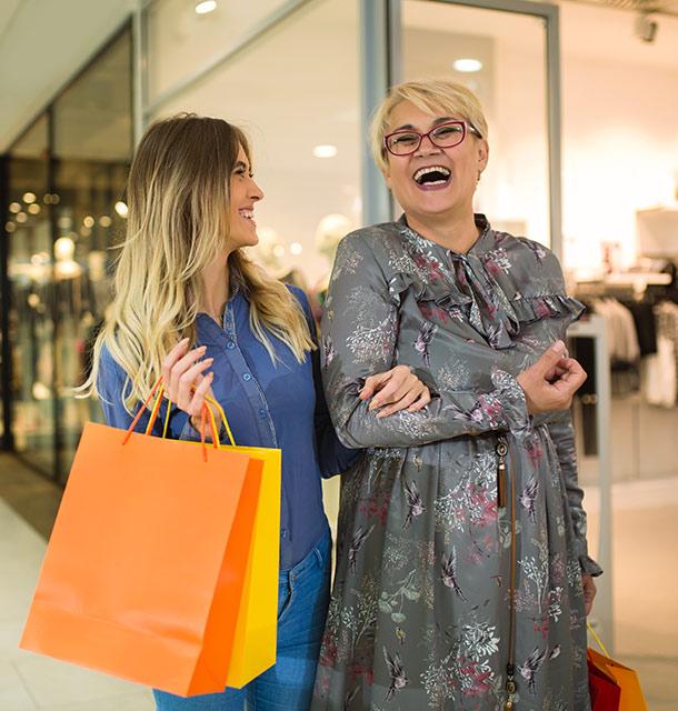 Mutter und Tochter beim Shopping