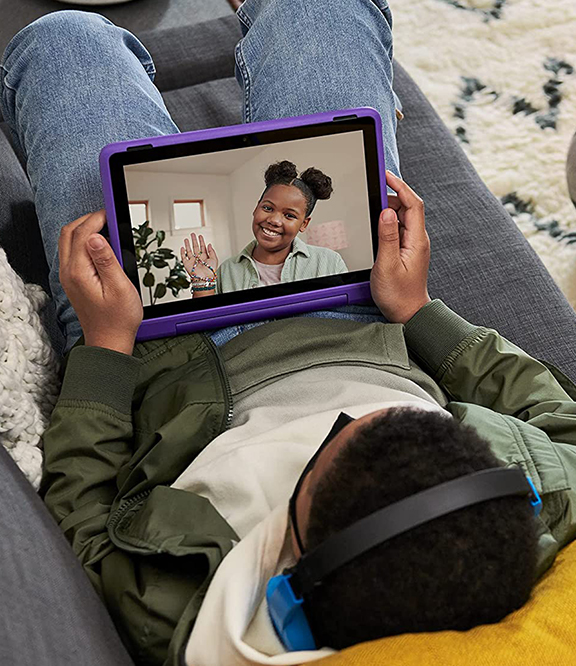 Das Amazon Fire HD 10 Kids Pro-Tablet besteht aus einem Jungen der mit dem Tablet spielt