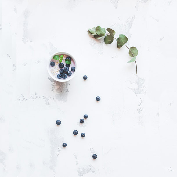 Joghurt Flatlay mit Heidelbeeren