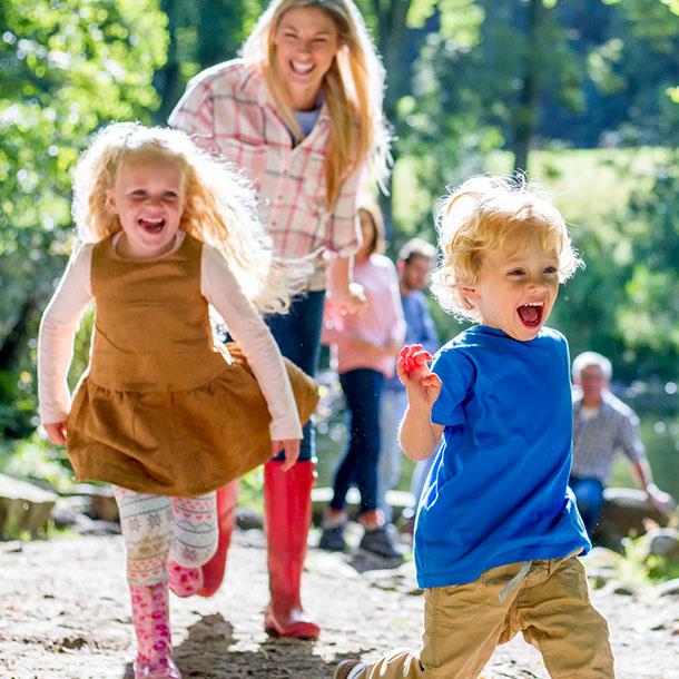 Familienausflug im Wald mit zwei Kindern