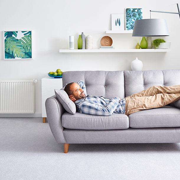 Entspannter Mann in seinem Smart Home