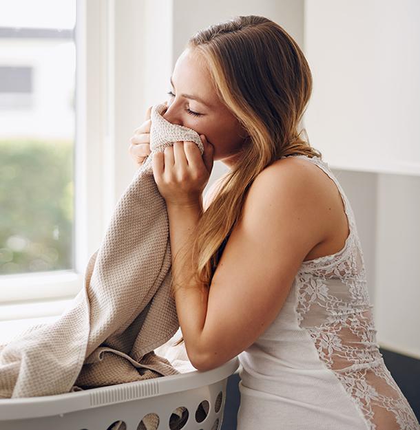 Frau riecht an Wäsche