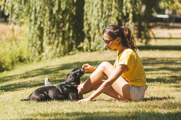 Frau mit Hund Purina BEYOND® Getreidefrei