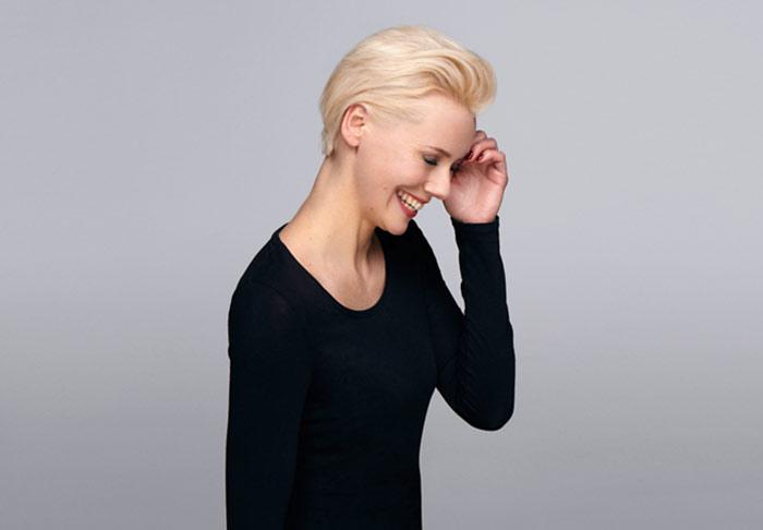 Blonde Frau mit gestylter Kurzhaar-Frisur