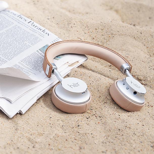 hër headphones am Strand