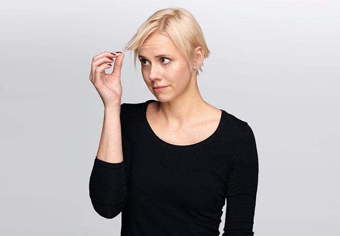 Blonde Frau mit plattem Haar