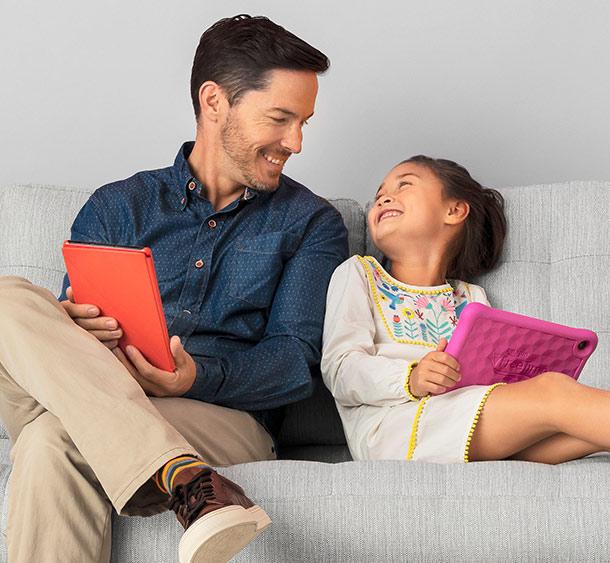 Vater und Tochter mit der Fire HD 8 Kids Edition