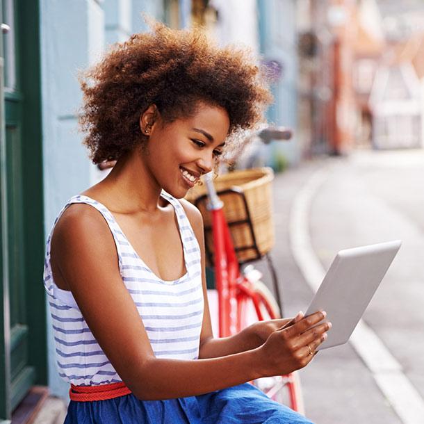 Frau postet Produktbewertung auf iPad