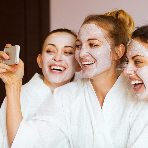 Mädchen mit Gesichtsmasken