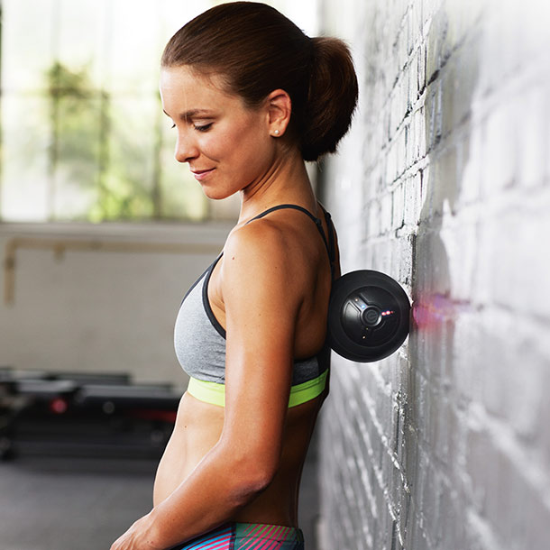 Frau trainiert mit PowerBall