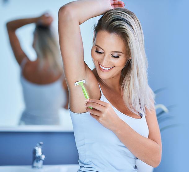Frau rasiert sich
