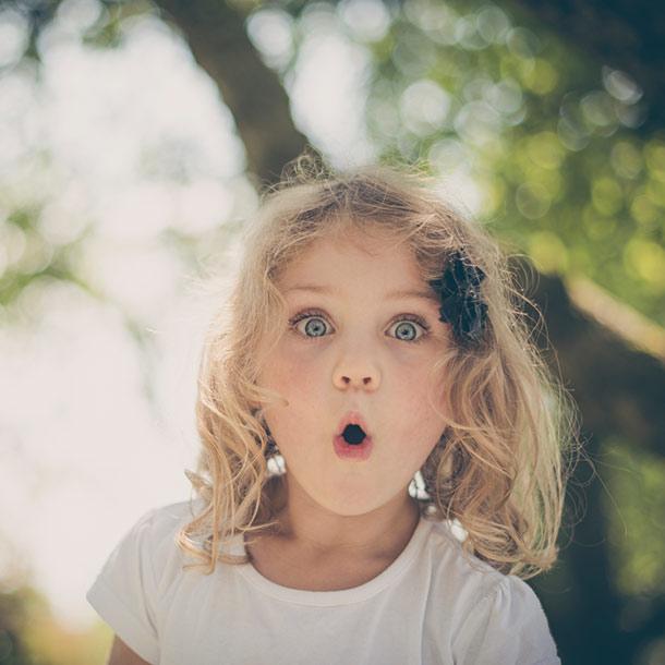 Mädchen überrascht