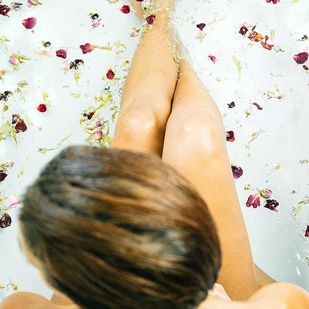 Aroma-Badesalz von I WANT YOU NAKED mit Meersalz, Rose und Hibiskus