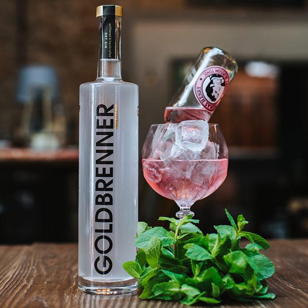 Cocktail mit Gin und Botanicals