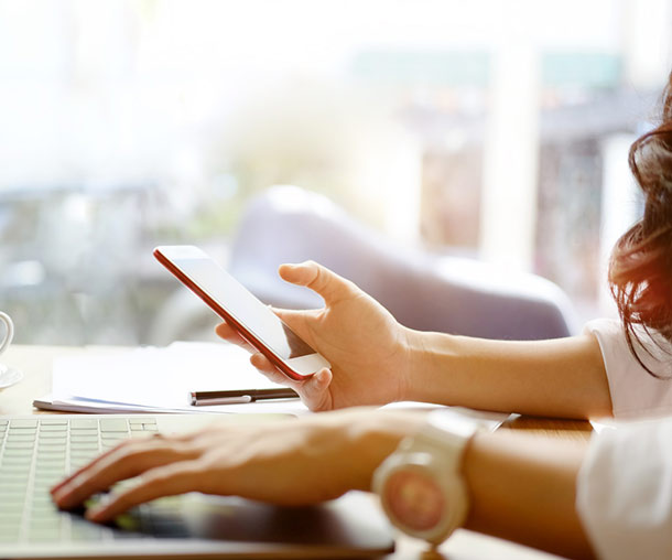 Social Media Aktivität, Frau am PC