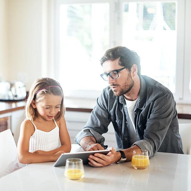 Mädchen mit Vater am iPad