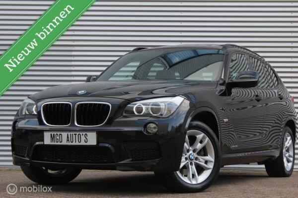 BMW X1 xDrive28i Executive M-Sport /XENON/LED/PANODAK/CAMERA/LEDER/STOELVERW./GROOT NAVI/PDC!
