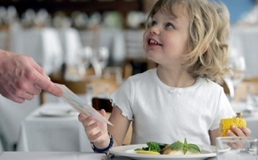 Site kid dining out