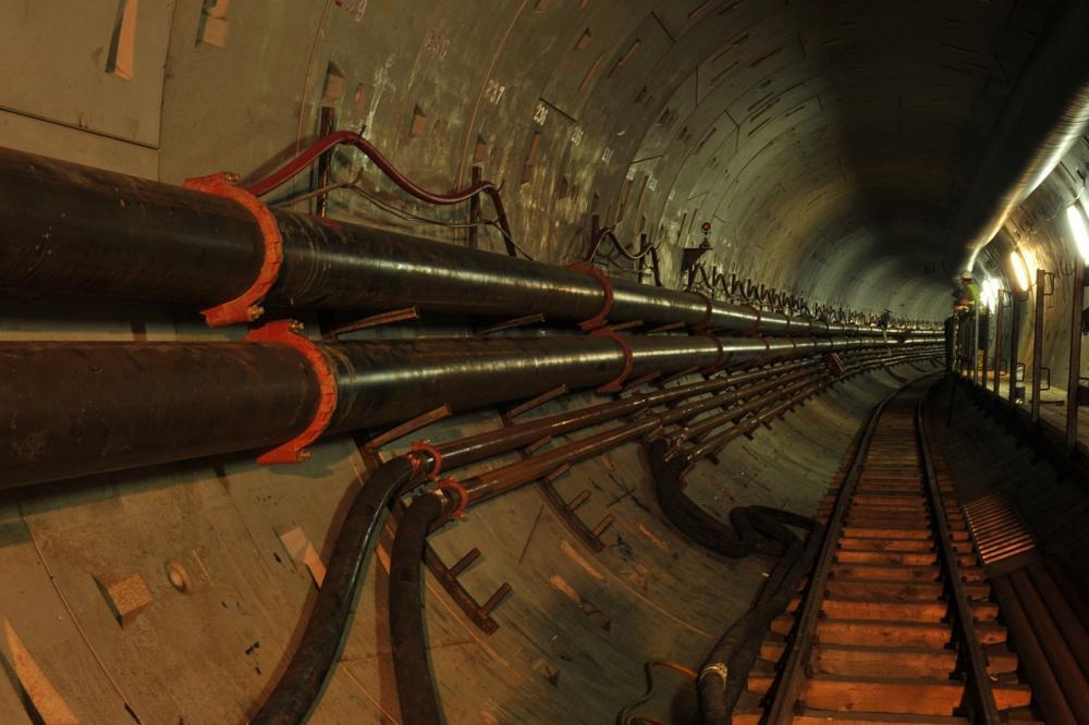 Rohre im Tunnel