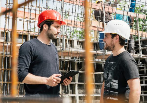 Zwei Männer auf einer Baustelle