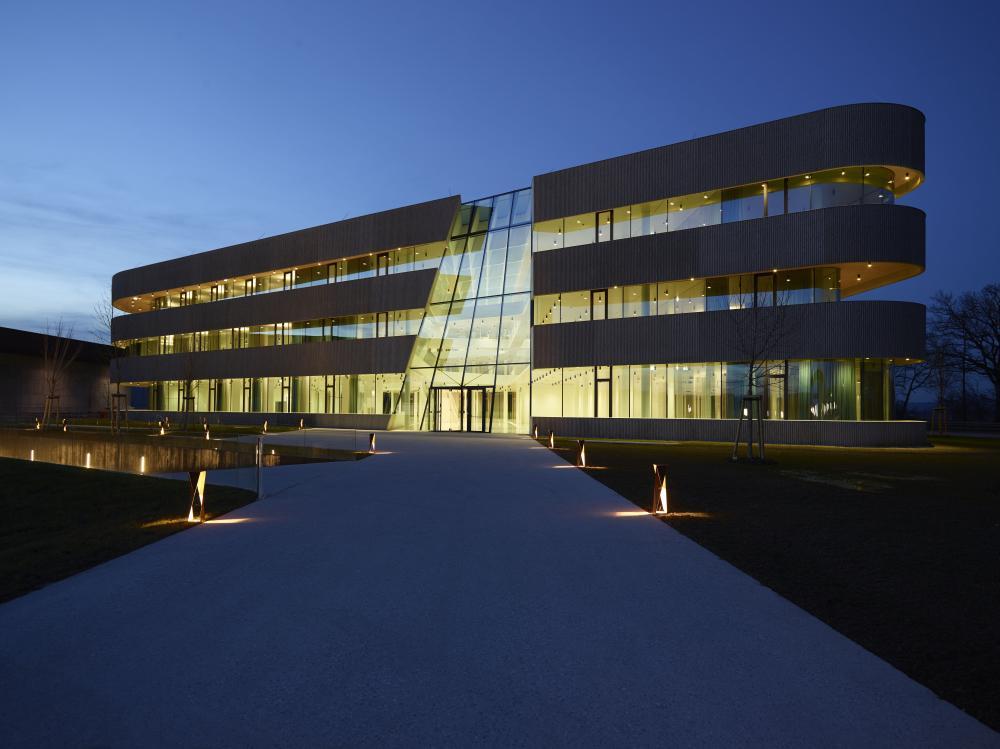 Beleuchtetes Bürogebäude in der Nacht