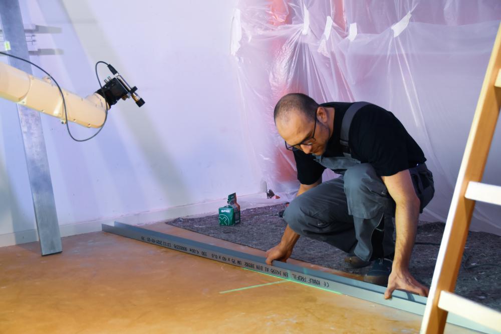 Bauroboter unterstützt beim Vermessen