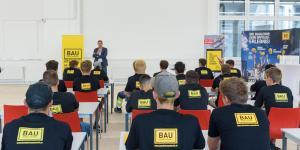 Lehrlinge hören einen Bau-Vortrag
