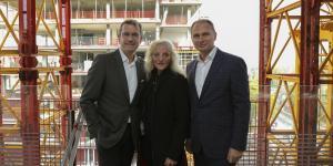 Entscheidungsträger bei der Besichtigung des Waterfront-Projekts