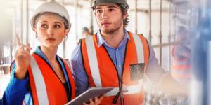 Junge Arbeiter auf der digitalisierten Baustelle