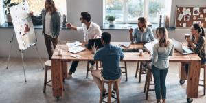 Junge Menschen an einem Arbeitsplatz