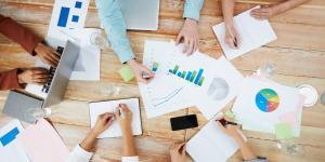 Viele Menschen arbeiten mit Charts