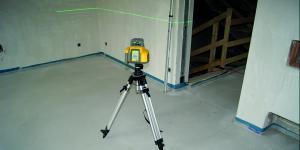 Vermessungsgerät auf Baustelle