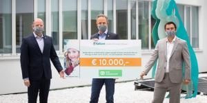 Drei Männer übergeben einen Scheck an das SOS Kinderdorf