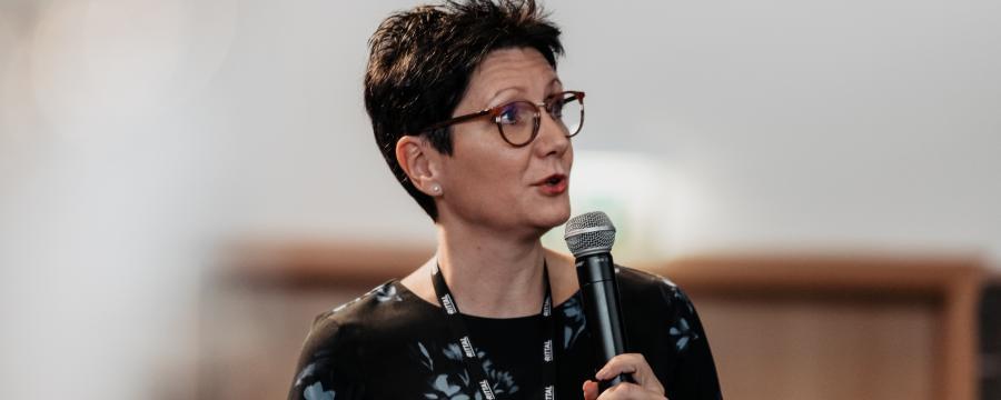 Sandra Bauernfeind spricht auf den Bautagen